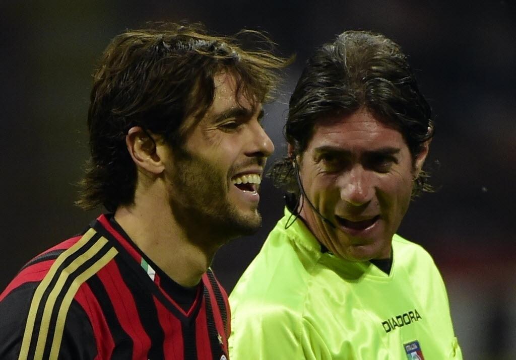 04.mai.2014 - Árbitro brinca com Kaká na partida entre Milan e Inter de Milão pelo Campeonato Italiano