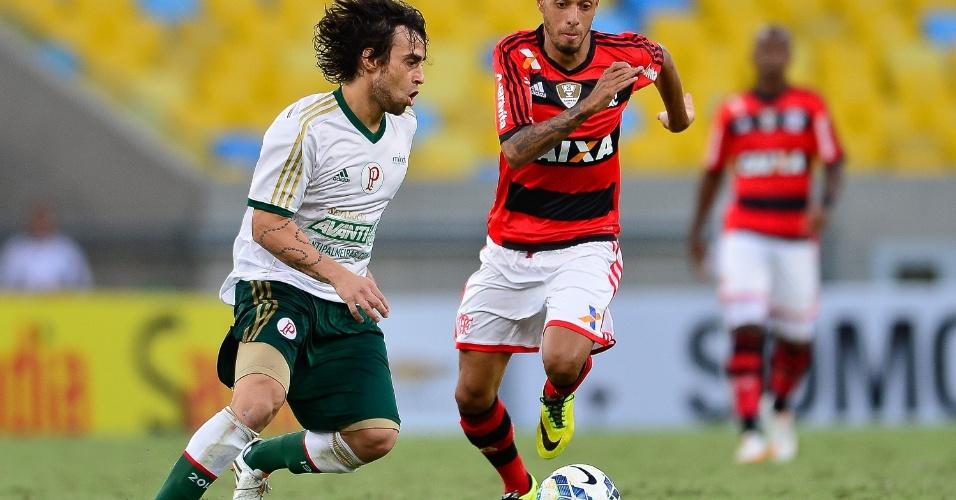 04.mai.2014 - Chileno Valdívia recebe a bola sob marcação de Paulinho (à dir.), do Flamengo