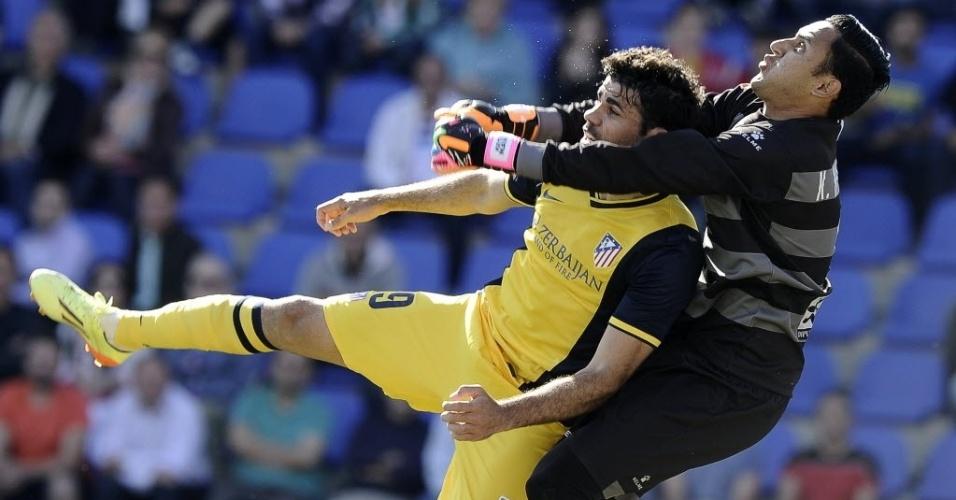 04.mai.2014 - Diego Costa é 'abraçado' pelo goleiro do Levante Keylor Navas durante jogo da 36ª rodada do Campeonato Espanhol