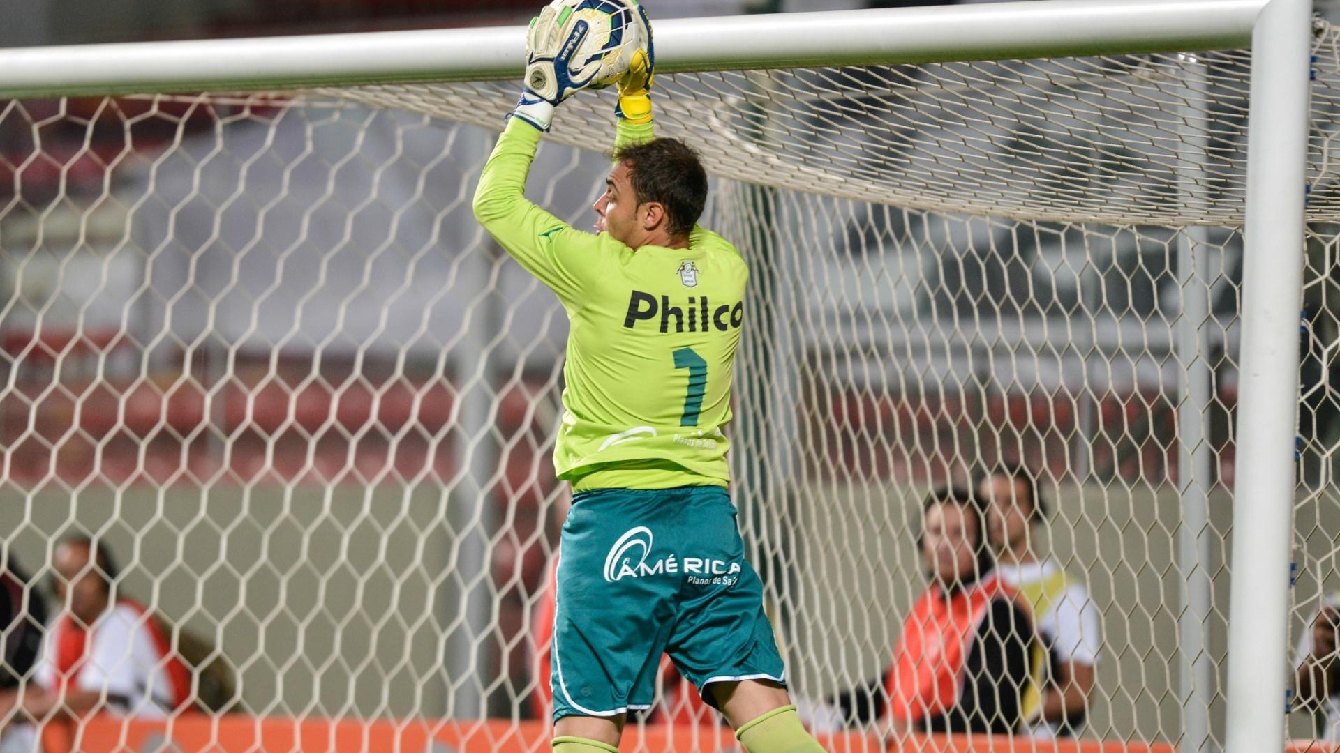 04.mai.2014 - Goleiro Renan, do Goiás, salta para fazer defesa no duelo contra o Atlético-MG