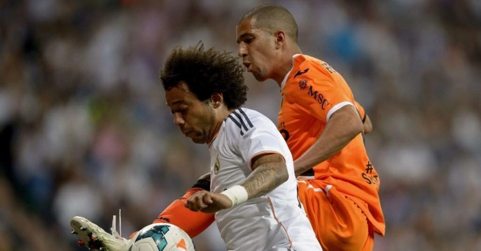 04.mai.2014 - Marcelo disputa pela bola com Sofiane Feghouli na partida entre Real Madrid e Valencia pelo Campeonato Espanhol