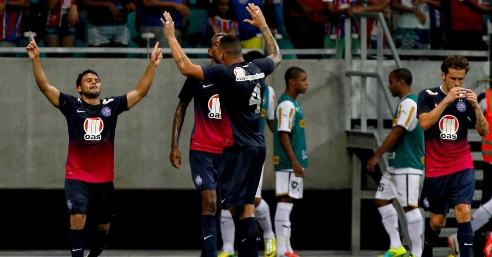04.mai.2014 - Maxi Biancucchi (e) comemora ao marcar um gol para o Bahia contra o Botafogo em jogo válido pelo Campeonato Brasileiro