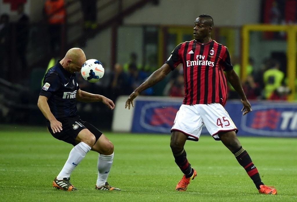 04.mai.2014 - Observado por Balotelli, Cambiasso domina a bola de cabeça para a Inter de Milão no clássico contra o Milan pelo Campeonato Italiano