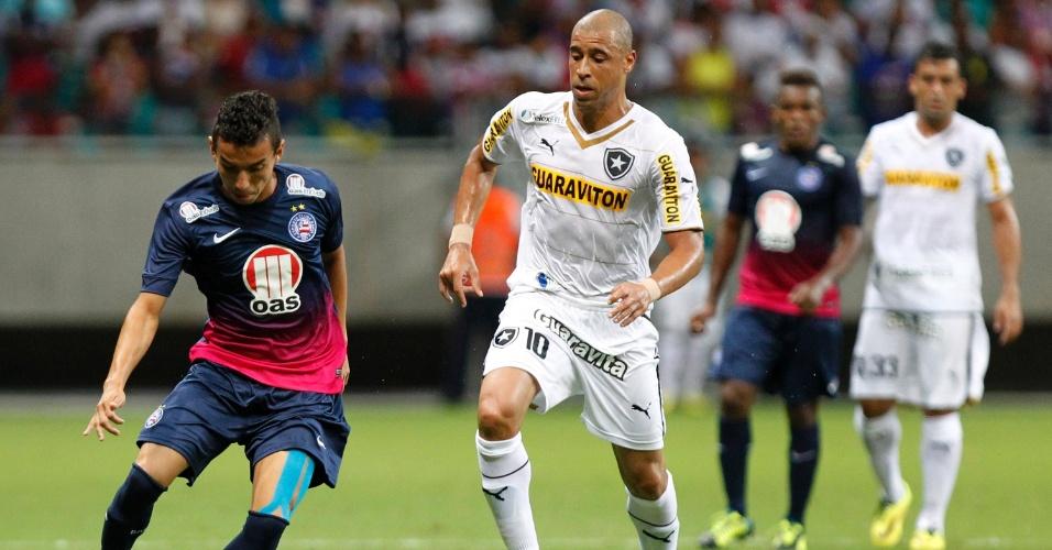 04.mai.2014 - Observado por Jorge Wagner (c), do Botafogo, Rafinha, do Bahia, tenta uma jogada durante partida do Campeonato Brasileiro na Fonte Nova