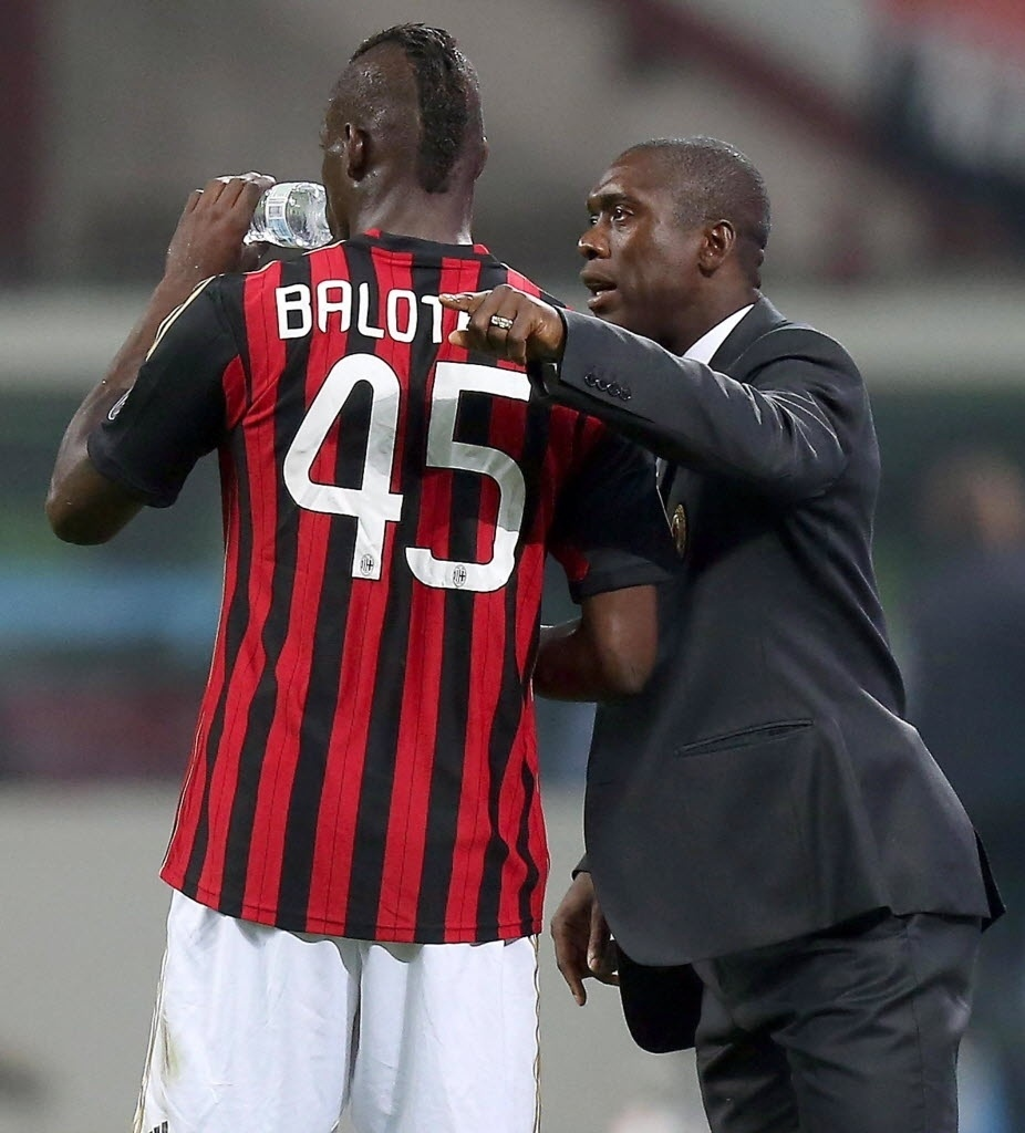 04.mai.2014 - Seedorf orienta Balotelli no clássico entre Milan e Inter de Milão pelo Campeonato Italiano