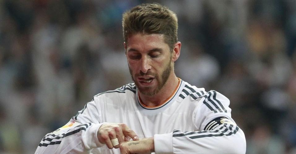 04.mai.2014 - Sergio Ramos aponta tatuagem e dedica o gol que marcou contra o Valencia a seu pai