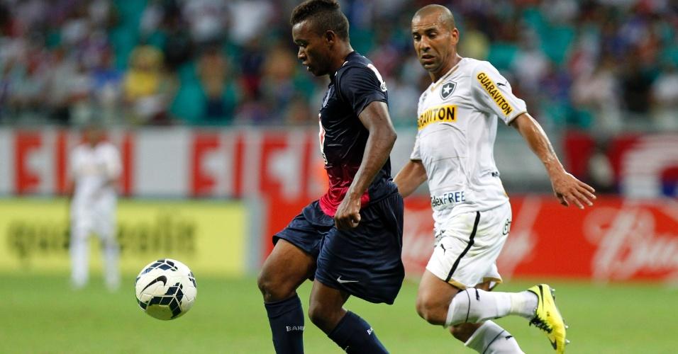 04.mai.2014 - Sheik (d), do Botafogo, aperta a marcação sobre Pará, do Bahia, durante jogo do Campeonato Brasileiro