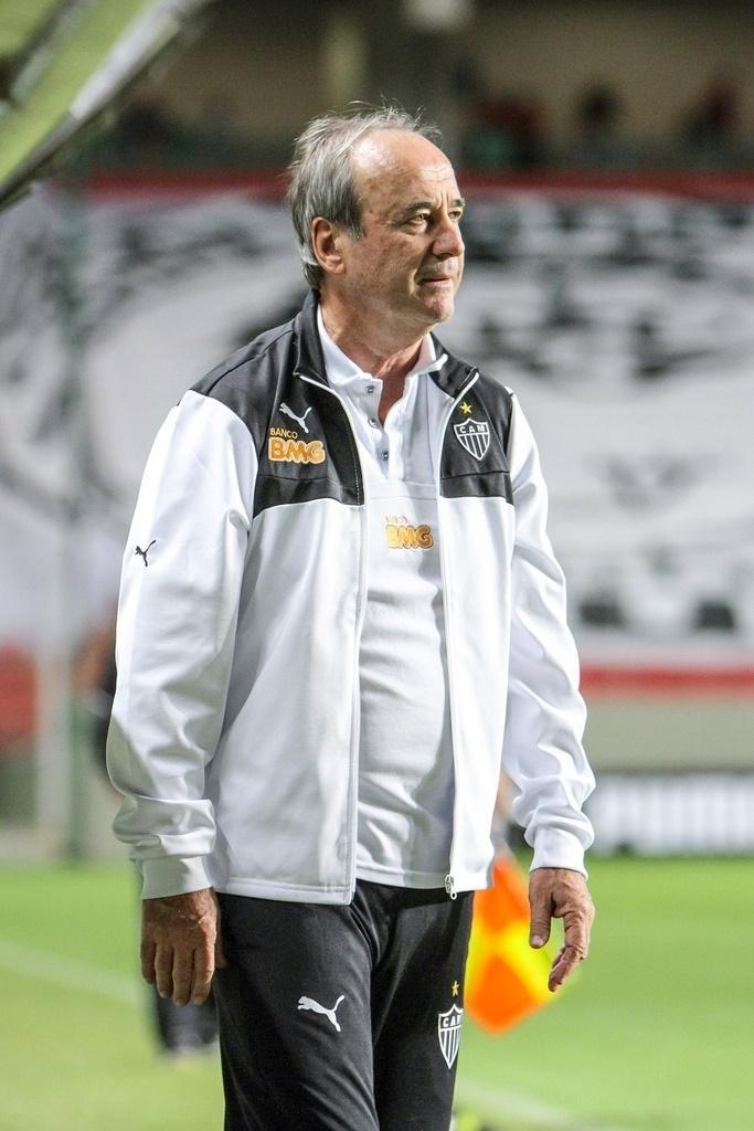 04.mai.2014 - Técnico Levir Culpi observa a movimentação durante a partida entre Atlético-MG e Goiás