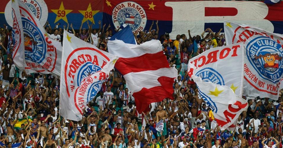 04.mai.2014 - Torcida do Bahia faz festa na Fonte Nova durante jogo contra o Botafogo pelo Campeonato Brasileiro