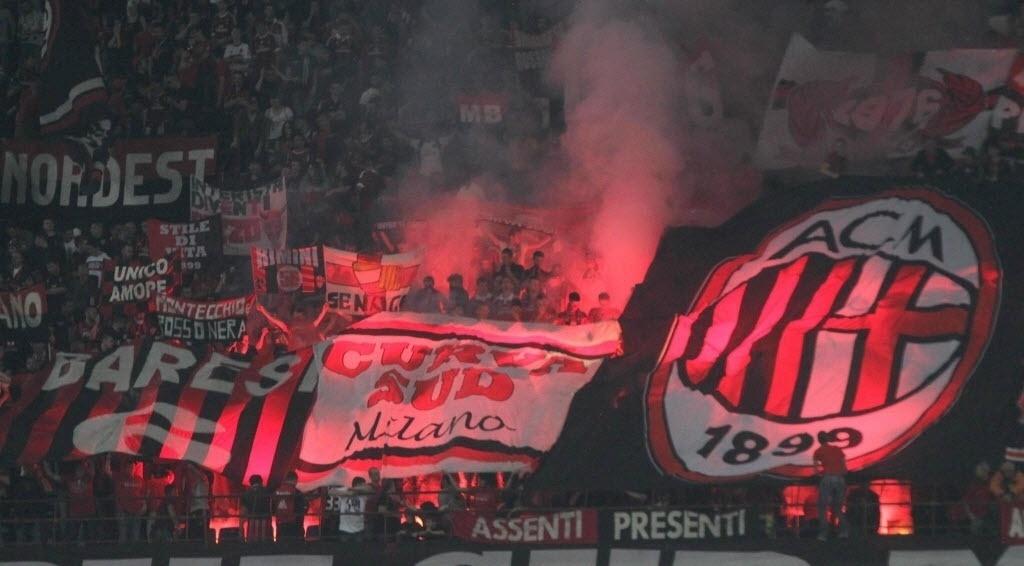04.mai.2014 - Torcida do Milan agita as arquibancadas do Giuseppe Meazza no clássico contra a Inter de Milão pelo Campeonato Italiano
