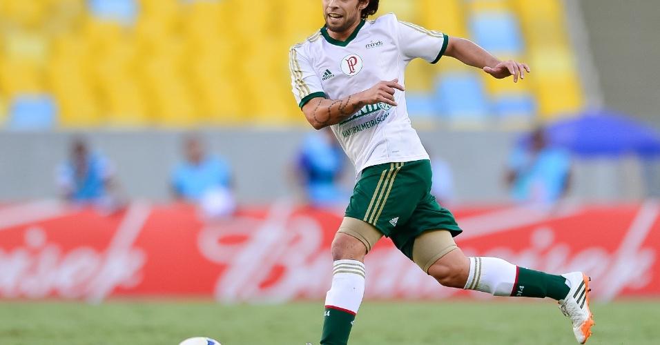 04.mai.2014 - Valdívia carrega a bola na partida pela 3ª rodada do Brasilerão