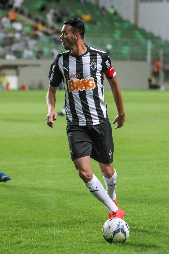 04.mai.2014 - Zagueiro Réver, capitão do Atlético-MG, carrega a bola na partida contra o Goiás
