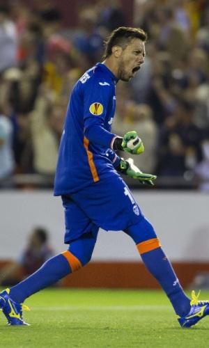 Goleiro brasileiro Diego Alves comemora durante partida do Valencia