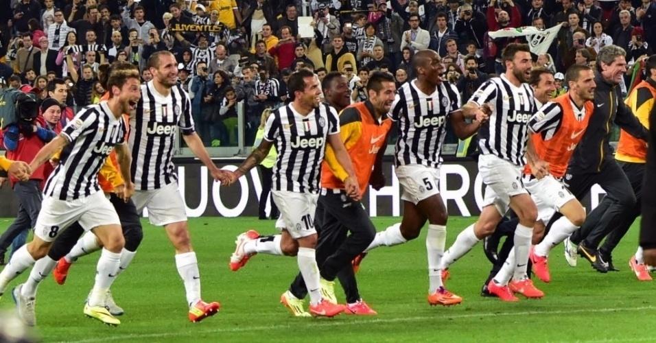 05.mai.2014 - Tévez (10) faz a festa ao lado dos companheiros de Juventus