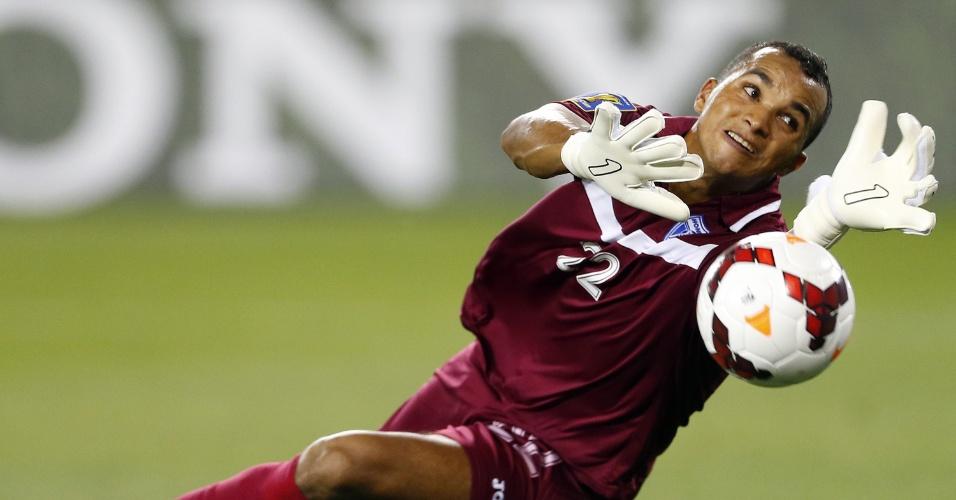 08.jul.2013 - Donis Escober, goleiro de Honduras, faz uma defesa na partida contra o Haiti pela Copa Ouro