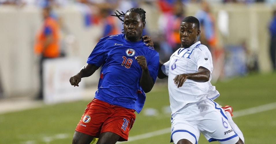 08.jul.2013 - Juan Carlos Garcia (d), de Honduras, disputa jogada com Leonel Saint Preux, do Haiti, durante partida da Copa Ouro