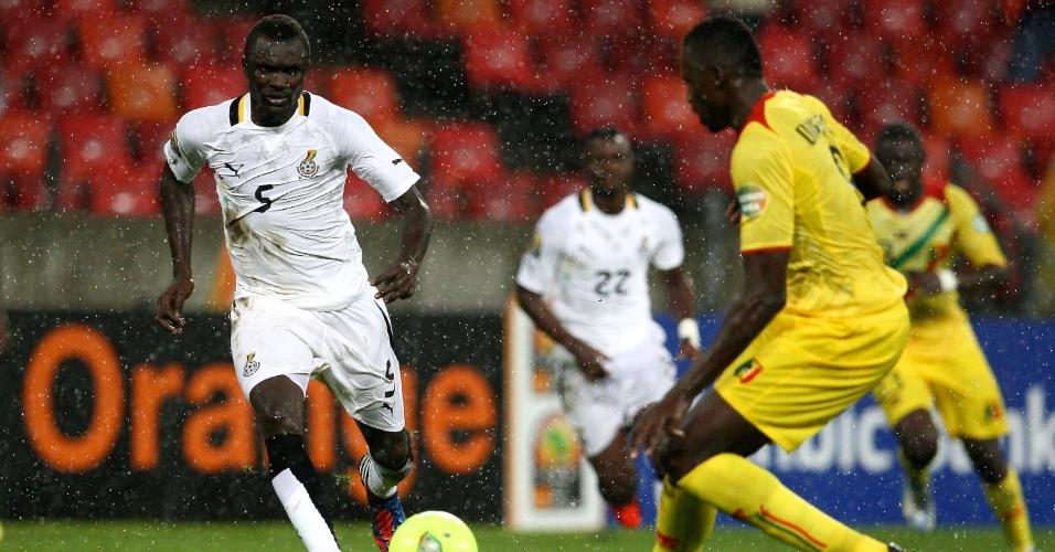 09.fev.2013 - Mohammed Awal (e), de Gana, disputa jogada durante a partida contra Mali pela Copa Africana de Nações