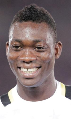 10.set.2013 - Christian Atsu, de Gana, se perfila antes do amistoso contra o Japão em Yokohama