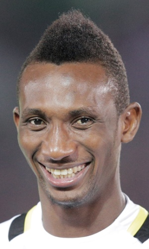 10.set.2013 - Harrison Afful, de Gana, fica perfilado antes do amistoso contra o Japão em Yokohama