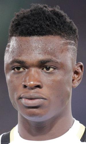 10.set.2013 - Rashid Sumaila, de Gana, fica perfilado antes do amistoso contra o Japão em Yokohama