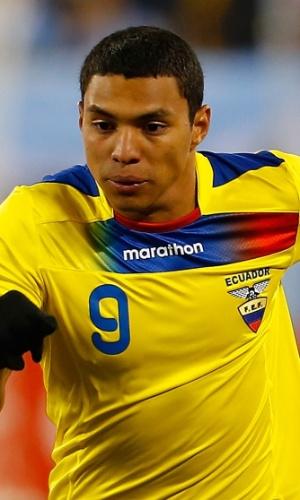 15.nov.2013 - Jefferson Montero tenta levar o Equador ao ataque durante amistoso contra a Argentina nos EUA