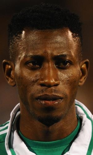 18.nov.2013 - Nnamdi Oduamadi, da Nigéria, se perfila antes do amistoso contra a Itália em Londres