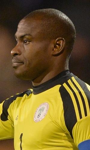 18.nov.2013 - Vincent Enyeama, goleiro da Nigéria, gesticula durante o amistoso contra a Itália em Londres