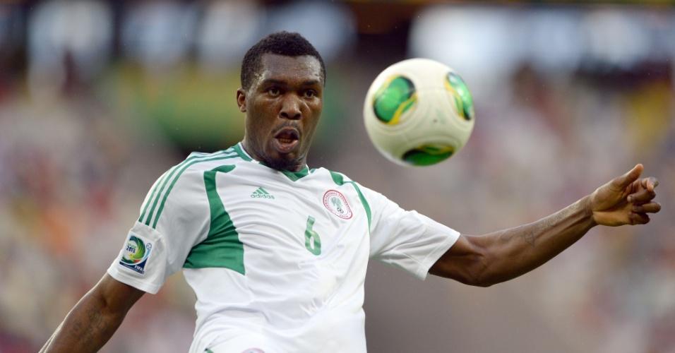 23.jun.2013 - Azubuike Egwuekwe, da Nigéria, tenta dominar a bola durante a partida contra a Espanha pela Copa das Confederações