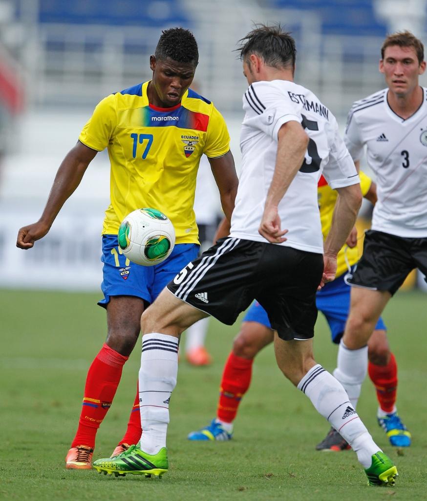 29.mai.2013 - Marlon de Jesús (e), do Equador, tenta passar pela marcação da Alemanha durante amistoso na Flórida