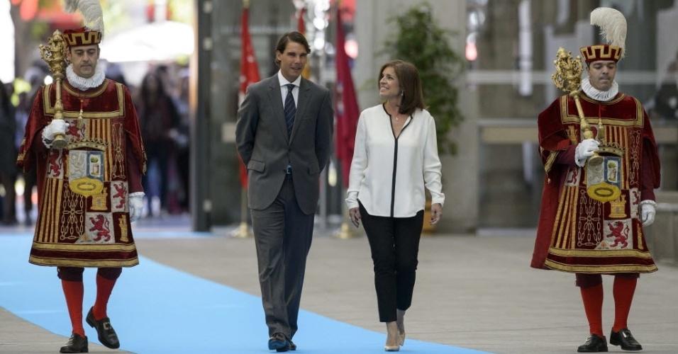 5.mai.2014 - Rafael Nadal caminha com Ana Botella, prefeita de Madri, antes de cerimônia em que ganhou os títulos de 'cidadão honorário' e de 'filho adotivo' da cidade