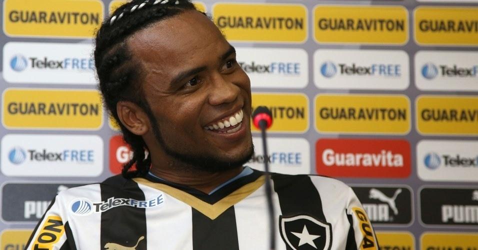 06.mai.2014 Carlos Alberto sorri durante entrevista de apresentação no Botafogo