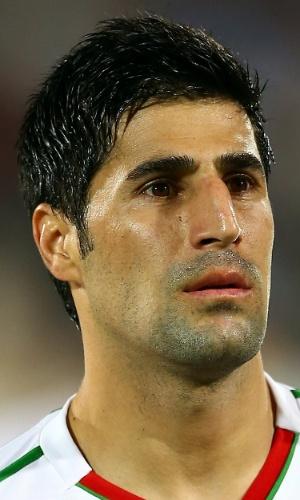 15.out.2013 - Hashem Beikzadeh, do Irã, fica perfilado antes da partida contra a Tailândia pelas eliminatórias da Copa da Ásia