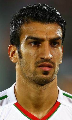15.out.2013 - Hossein Mahini, do Irã, cana o hino nacional antes da partida contra a Tailândia pelas eliminatórias da Copa da Ásia