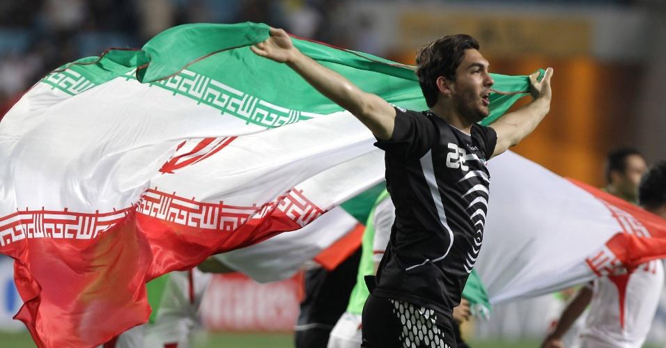 18.jun.2013 - Alireza Haghighi, goleiro do Irã, comemora a classificação para a Copa do Mundo-2014 após a partida contra a Coreia do Sul