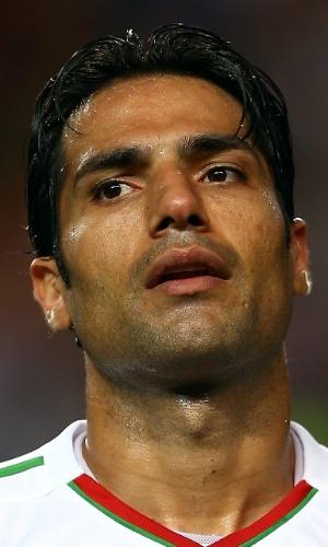 18.jun.2013 - Amir Hossein Sadeghi, do Irã, canta o hino nacional antes da partida contra a Coreia do Sul pelas eliminatórias da Copa do Mundo-2014