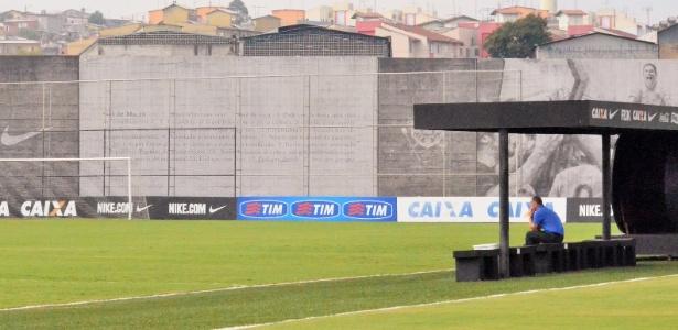 O técnico Mano Menezes, do Corinthians, acompanha movimentação dos jogadores