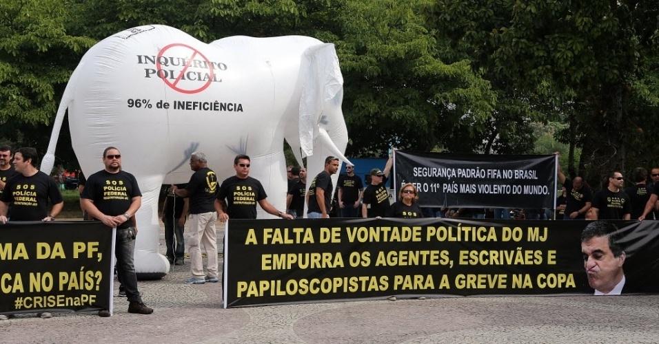 07.mai.2014 - Agentes da Polícia Federal protestam no Rio em frente ao local da convocação do Brasil e ameaçam greve durante a Copa