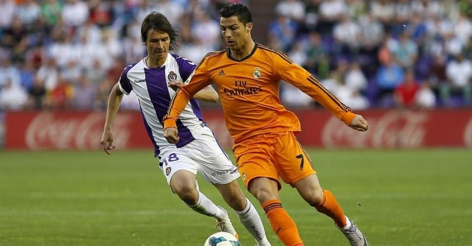 07.mai.2014 - Cristiano Ronaldo ataca na partida entre Real Madrid e Valladolid. O português deixou o gramado aos oito minutos do primeiro tempo após sentir desconforto muscular