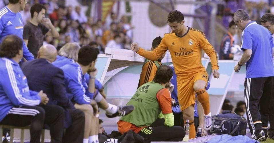 07.mai.2014 - Cristiano Ronaldo deixa a partida do Real Madrid contra o Valladolid após sentir desconforto muscular aos oito minutos do primeiro tempo