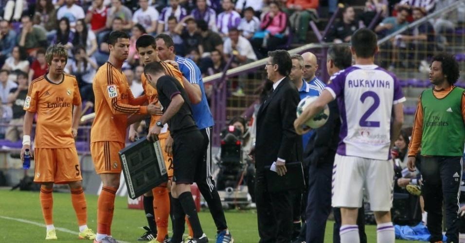 07.mai.2014 - Cristiano Ronaldo é substituído por Morata na partida do Real Madrid contra o Valladolid. O atacante português deixou o gramado aos oito minutos do primeiro tempo após sentir desconforto muscular
