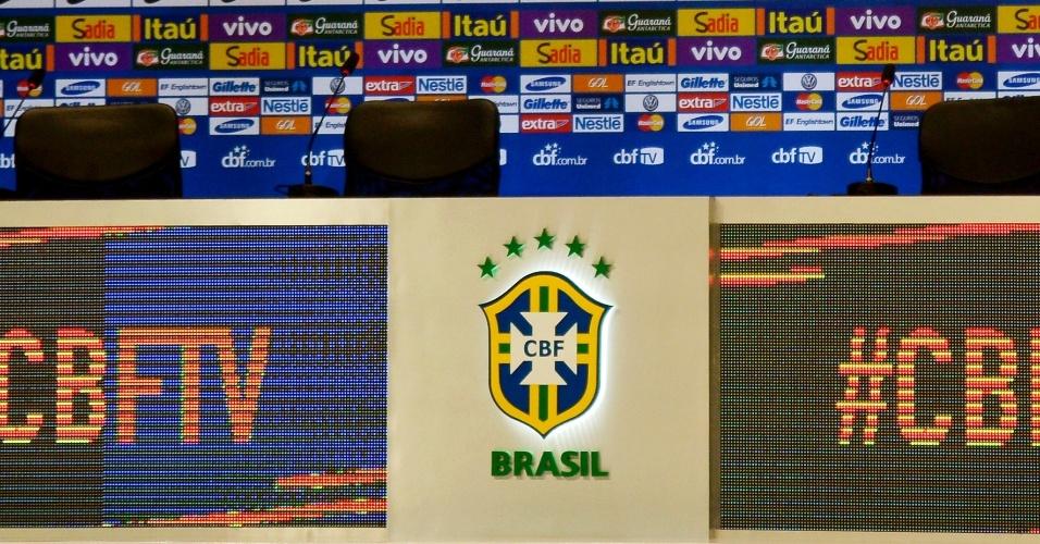 07.mai.2014 - Detalhe da mesa na qual Felipão anunciará, nesta quarta-feira, os 23 convocados para a Copa do Mundo