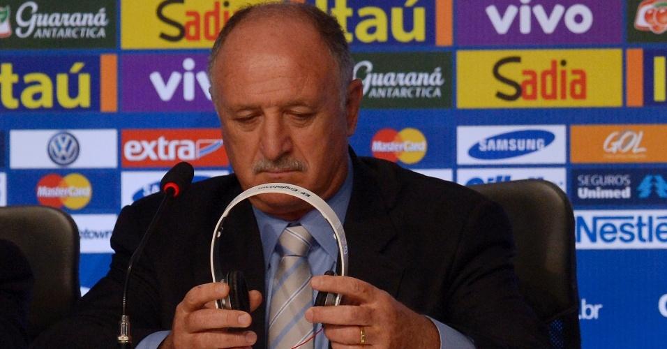 07.mai.2014 - Felipão ajeita o fone de ouvido durante o seu anúncio dos 23 convocados para a Copa do Mundo