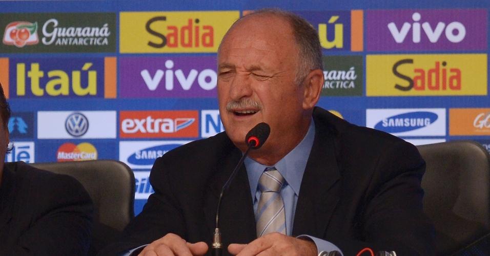07.mai.2014 - Felipão faz careta enquanto concede entrevista coletiva após anunciar os 23 convocados para a Copa do Mundo