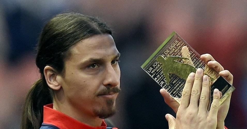 40510877075d5 07.mai.2014 - Ibrahimovic recebe o prêmio de melhor jogador da temporada  antes