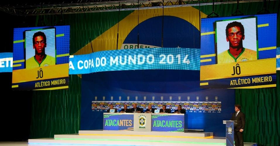 07.mai.2014 - Imagem do atacante Jô, do Atlético-MG, aparece no telão após Felipão anunciar o seu nome como um dos 23 convocados para a Copa do Mundo