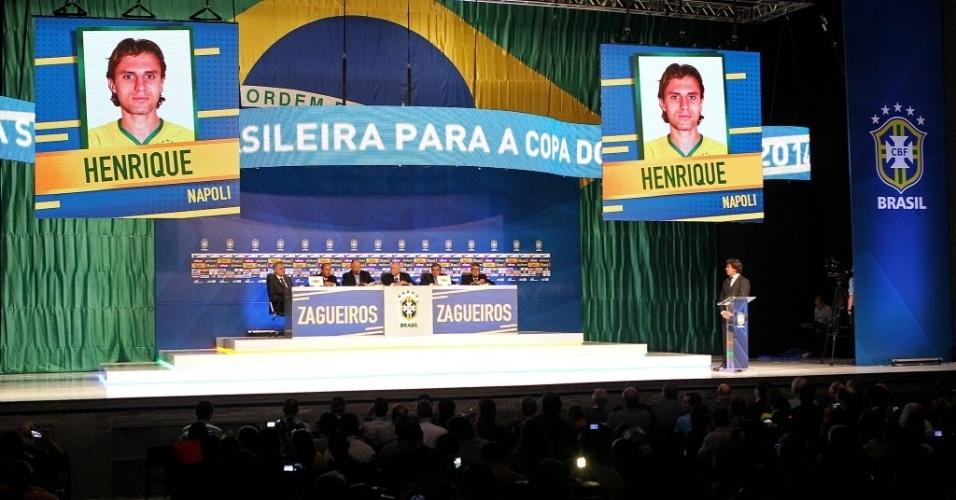 07.mai.2014 - Imagem do zagueiro Henrique, que trabalhou junto com Felipão no Palmeiras, aparece no telão como um dos 23 convocados pelo treinador para a Copa do Mundo