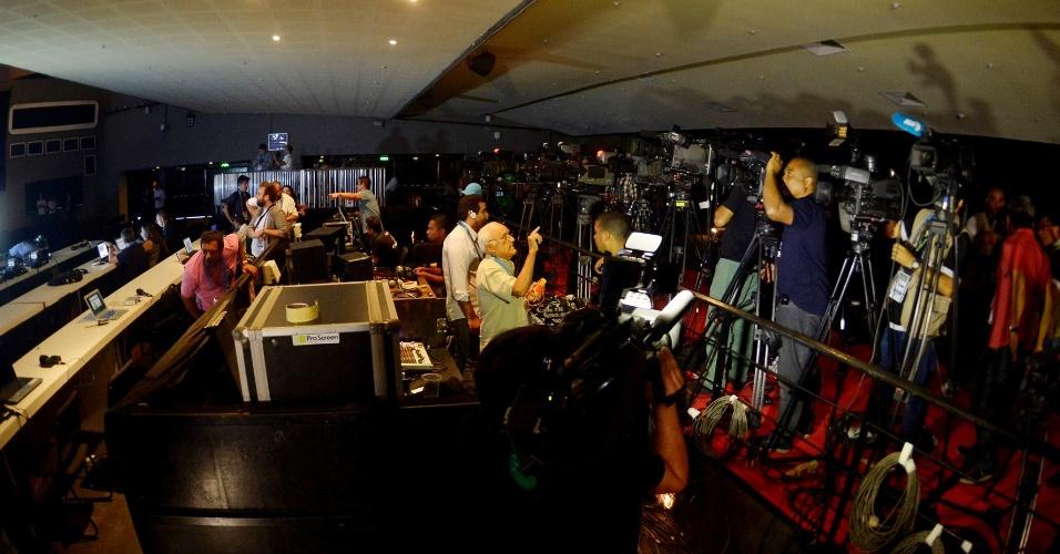 07.mai.2014 - Jornalistas já se arrumam em teatro no Rio de Janeiro enquanto aguardam o início da convocação da seleção brasileira para a Copa do Mundo