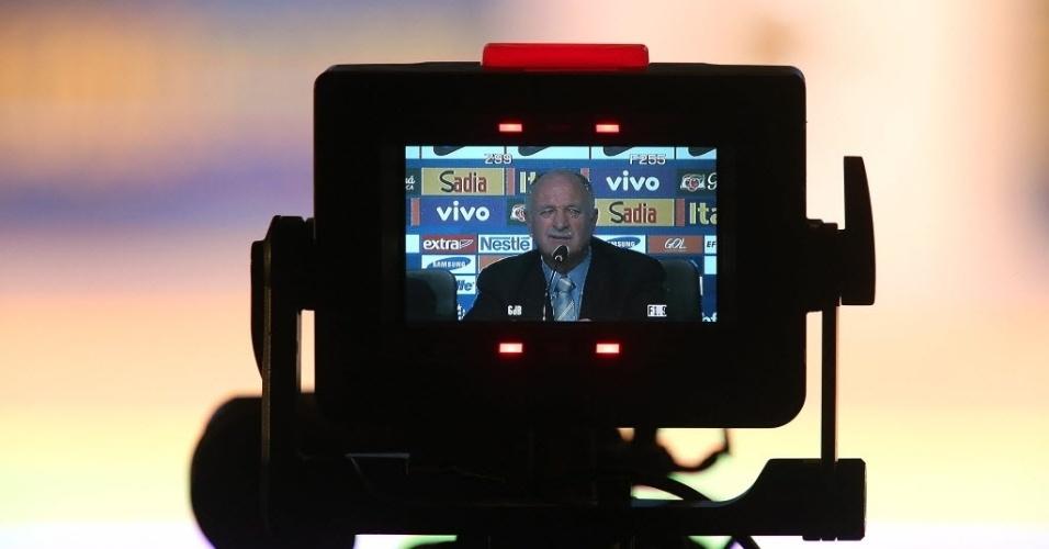07.mai.2014 - Muitas câmeras filmaram e fotografaram Felipão durante a convocação do técnico para a Copa do Mundo