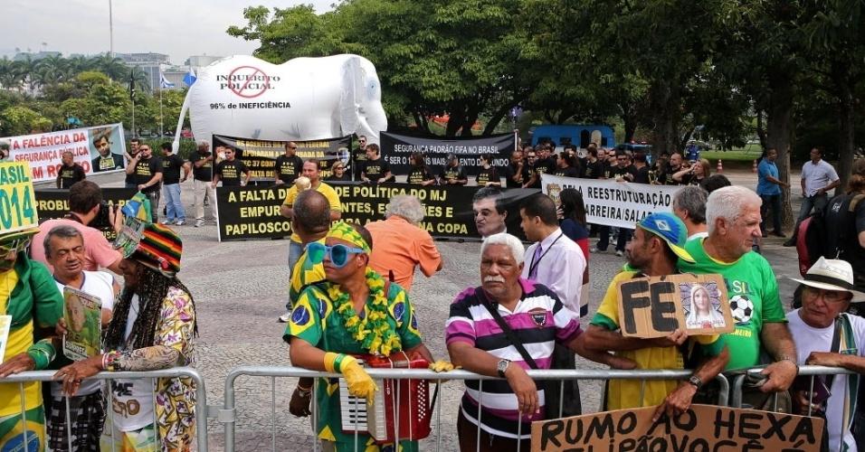 07.mai.2014 - Próximos a alguns torcedores, agentes da Polícia Federal protestam no Rio em frente ao local da convocação do Brasil e ameaçam greve durante a Copa