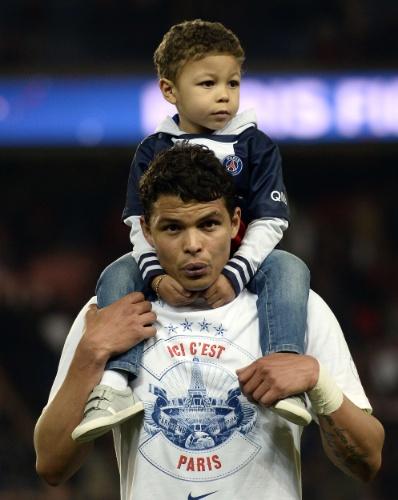 07.mai.2014 - Zagueiro Thiago Silva leva filho para o campo durante comemoração do título do Campeonato Francês